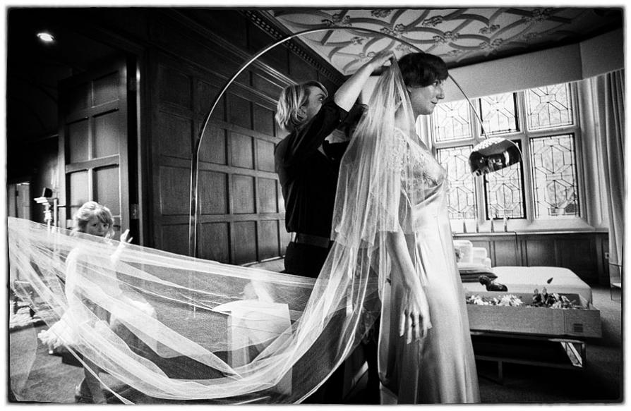 the bride having her veil put on